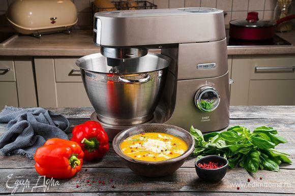 Разлейте суп-пюре в тарелки, посыпьте тертой моцареллой и украсьте листиками базилика. Приятного аппетита!