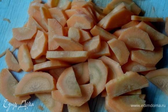 Воду налить в кастрюлю и довести до кипения. Морковь нарезать и опустить в кипящую воду. Варить минут 7.