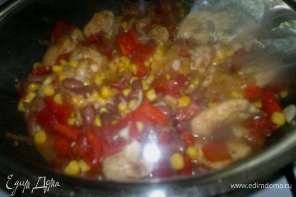 Накрыть сковороду крышкой и все вместе потушить еще 5–7 минут.