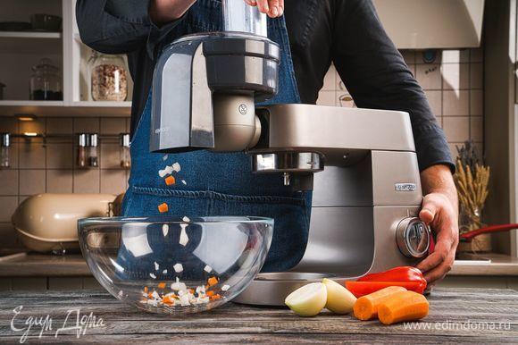 Отварите фасоль до готовности. Лук, морковь и болгарский перец нарежьте кубиками с помощью насадки для нарезки кубиками.