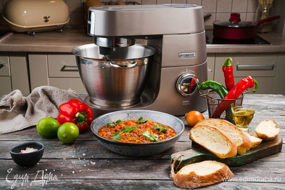 Украсьте готовое блюдо нарезанной зеленью и подавайте к столу. Приятного аппетита!