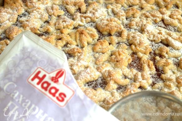 Пирог остудить полностью и посыпать сахарной пудрой от Haas.