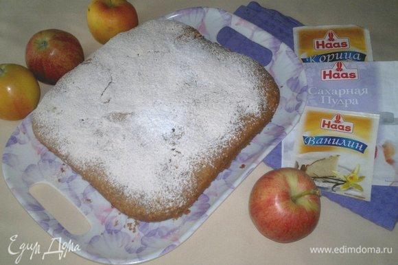 Пирог переложить на блюдо и посыпать сладкой смесью.