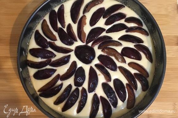 Заливаем второй половиной теста, кладем оставшуюся часть слив. Это делается для того, чтобы сливы не лежали на дне пирога, а равномерно распределились по всему объему формы.