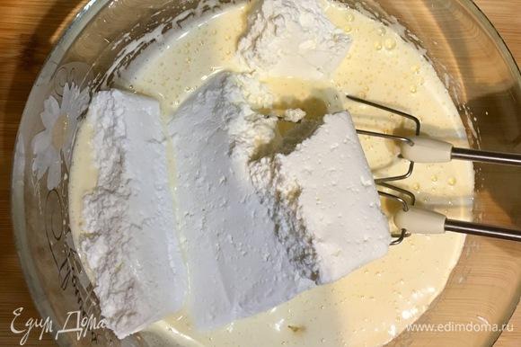 Затем вводим творог, ванилин, кефир с манной крупой и тщательно перемешиваем.