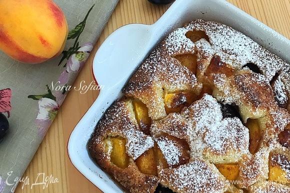Готовый пирог слегка остудить в форме и подавать горячим или теплым.