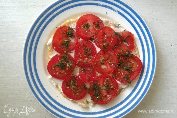 На сыр выложить кружки помидоров, посыпать частью укропа. Смазать 1 ст. л. майонеза.