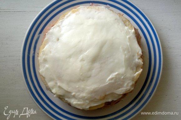 Выложить пятый блинчик, смазать плавленым сыром.