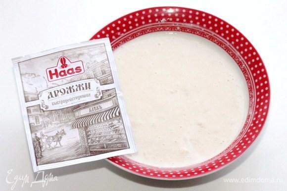 В теплом молоке (100 мл) размешать сахар (1,5 ст. л.), а затем вмешать мучную смесь. Накрыть миску крышкой и поставить в теплое место до образования пенной шапочки минут на 20.
