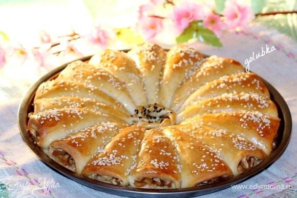 Затем переключаю духовку на 180°C, достаю пирог и смазываю яичным желтком (1 шт.), смешанным с молоком (1 ст. л.). Посыпаю пирог обжаренным на сухой сковороде кунжутом.