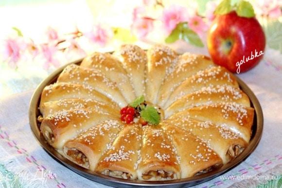 Выпекаю пирог до румяной корочки 30–40 минут. Испеченный пирог сбрызгиваю водой и накрываю сухим полотенцем.