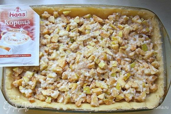Смешайте яблоки с корицей и половиной крема. Уложите яблочную массу на тесто. Оставшийся крем разровняйте на верху.