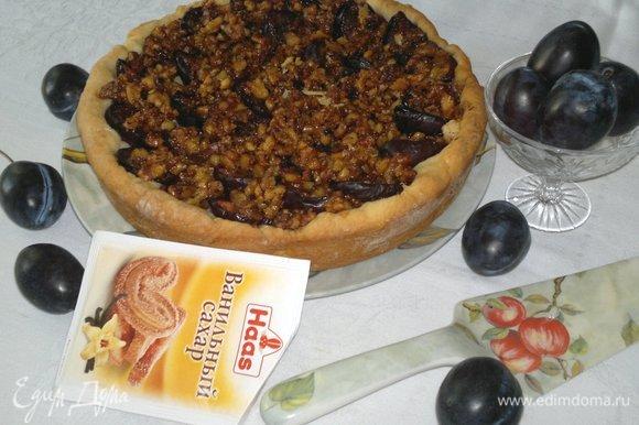 Выложить пирог из формы на блюдо.