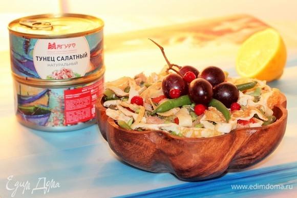 Выложить салат в сервировочное блюдо. Полить салат подготовленной заправкой и украсить по своему вкусу.