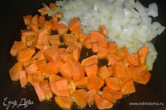 Налить в сковороду еще немного масла и обжарить лук с морковью до румяности. Выложить в сито, затем — в миску к рыбе.