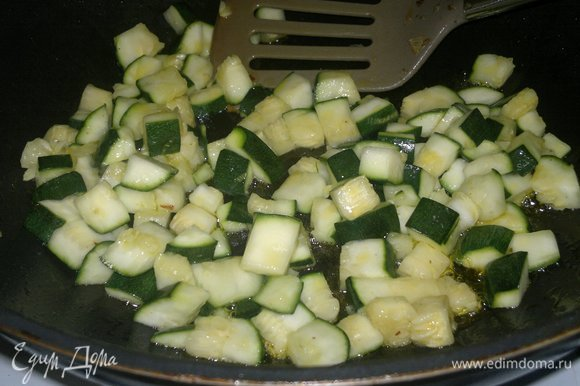 С цукини слить образовавшийся сок, обсушить. Обжарить цукини на оставшемся масле. Выложить на сито для стекания масла, затем соединить с тилапией, луком и морковью.
