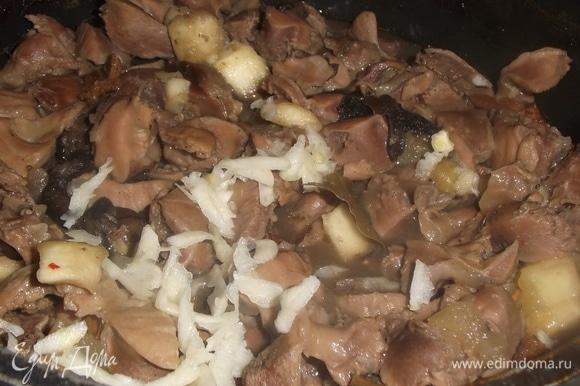 По окончании готовки добавить натертый на терке чеснок. Перемешать. Накрыть крышкой. Дать постоять в течение 10 минут. Приятного аппетита!