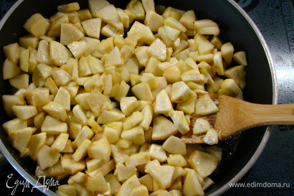 Пока тесто отдыхает, подготовить яблочную начинку. Яблоки очистить от кожуры и семян и нарезать небольшими ломтиками. Затем слегка потушить на сливочном масле с сахаром. Остудить.