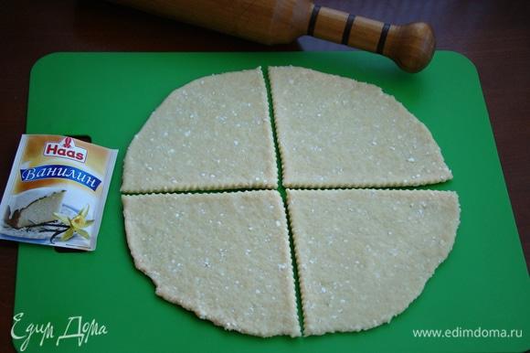 Тесто разделить на две равные части. Одну часть раскатать в круг толщиной примерно 0,5 см и затем разрезать на 4 части.