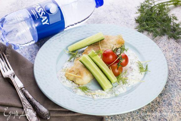 Подавайте с домашним соусом тартар и свежими овощами.