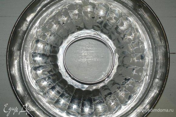 Разъемную форму-кольцо смазать сливочным маслом.