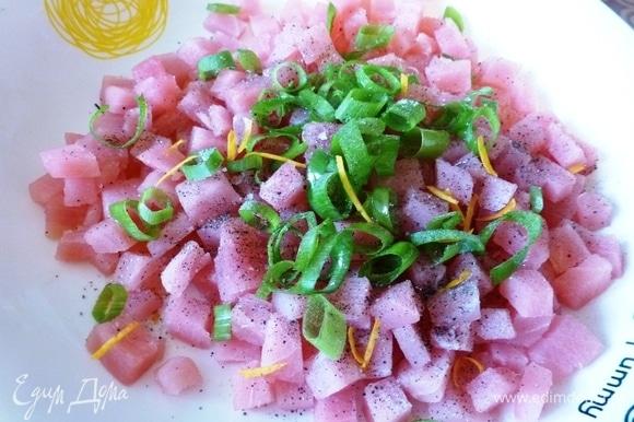 Соединить нарезанный тунец, зеленый лук, сок и цедру апельсина. Посолить и поперчить, полить оливковым маслом.