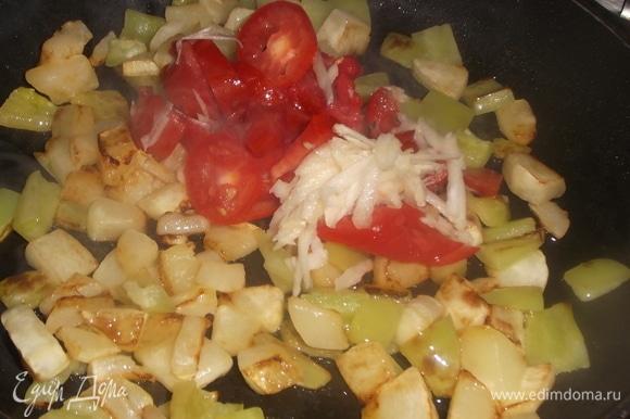 Натереть чеснок. Нарезать помидор. Добавить к овощам. Посолить.
