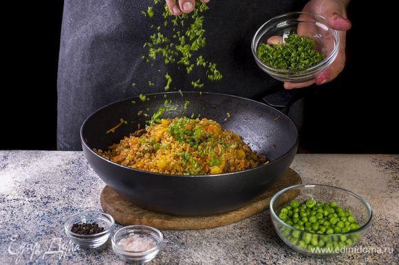 За пять-семь минут до готовности добавьте рубленую петрушку, зеленый горошек, соль и перец.