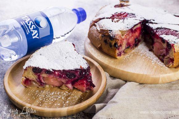 Выпекайте в духовке при температуре 200°С 30–45 минут. Готовый пирог посыпьте сахарной пудрой.
