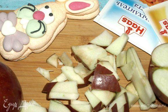 В ингредиентах указан вес нарезанных яблок. Яблоки хорошо вымыть, удалить плодоножку. Очистить от семечек. Половинку одного яблока нарезать на дольки. Остальное нарезать небольшими кубиками.