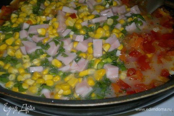 Вылить омлетную массу с добавками в сковороду к овощам.