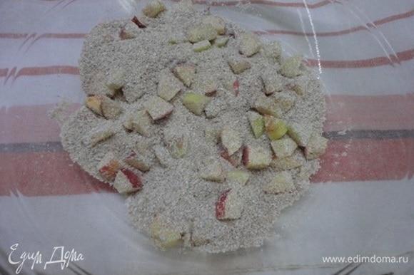 Яблоки очистить от сердцевины, нарезать мелкими кубиками и смешать с отрубями и корицей.