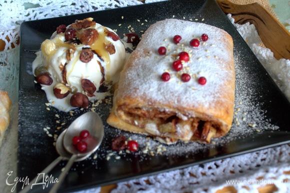 Мороженое посыпать орешками, вяленой клюквой, жареным кунжутом и полить медом и бальзамическим кремом с лесной ягодой.