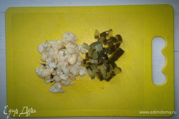 Маринованную цветную капусту и соленый огурец обсушить. Капусту разобрать на мелкие соцветия, огурец нарезать ломтиками.