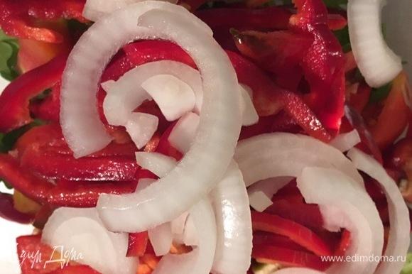 Небольшую белую луковицу для салата нарезаем полукольцами и отправляем в салатник.