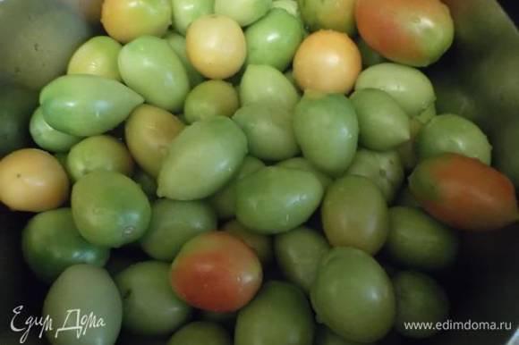 Уложить слоем помидоры.