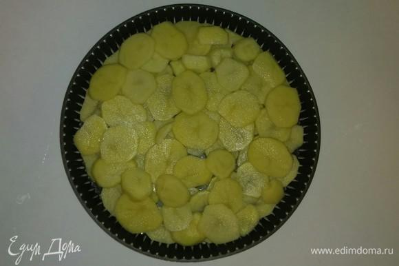 Смазываем противень оливковым маслом и выкладываем на него нарезанную картошку. Разогреваем духовку до 185°C. Ставим противень с картошкой в разогретую духовку на 25 минут, чтобы картошка чуть-чуть пропеклась (время приготовления зависит от духовки).