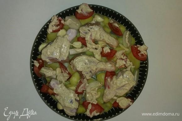 Достаем из холодильника приготовленный соус и смазываем им куриные голени и овощи. Разогреваем духовку еще раз до 185°C и ставим в нее противень с куриными голенями, картошкой и овощами на 1 час (время приготовления зависит от духовки). При подаче на стол украшаем блюдо руколой. Приятного аппетита!