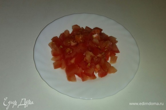 Режем кубиками помидор.