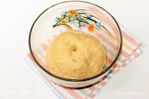 Скатываем тесто в шар. Накрываем миску с тестом пленкой и отправляем в теплое место для подъема в 2,5 раза.