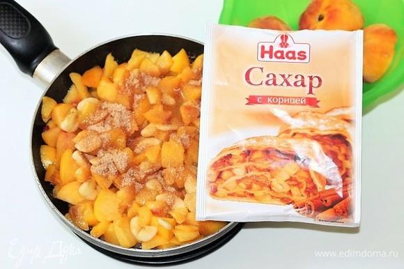 Остальные персики нарезаем небольшими кубиками и кладем в расплавленный сахар, перемешиваем и тушим 1–2 минуты. Добавляем крахмал (1 ч. л.) и тушим 1–2 минуты до испарения жидкости и небольшого загустения. Затем добавляем очищенный и порезанный кубиками банан, корицу с сахаром Haas (1 ст. л.). Перемешиваем и убираем с плиты.