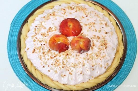 Выложить безе на верхний пласт пирога, посыпать обжаренными орешками и отправить на растойку в разогретую до 40°C духовку до увеличения пирога в 2 раза. Через 20 минут переключаем температуру на 180°C и выпекаем пирог ~40–45 минут до румяности.