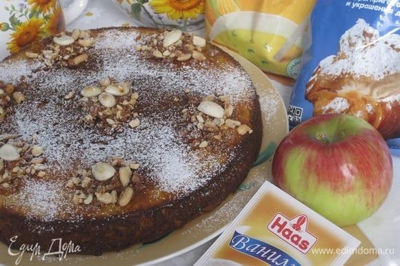 Выложить чайной ложкой любые измельченные орехи, сверху положить миндальные лепестки и посыпать сахарной пудрой Haas.
