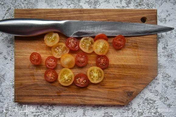 Нарезать помидоры черри. Форма нарезки по желанию.
