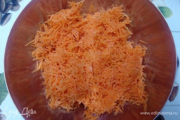 Духовку ставим разогреваться на 180°C. В это время натираем морковь на терке тонкой соломкой. И рубим орехи до размера 3–5 мм.