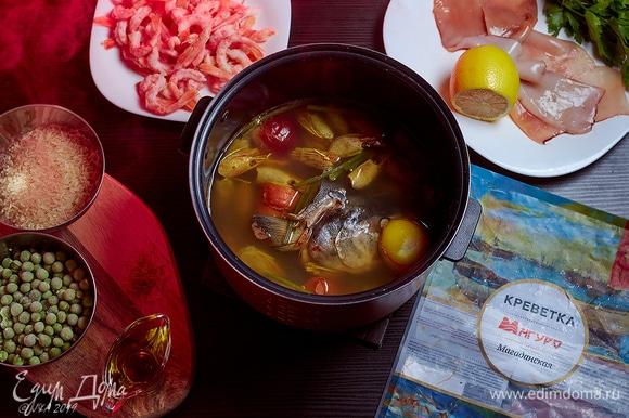 Из голов креветок и других рыбных обрезков сварить бульон (см. рецепт «Расстегаи с барабулькой»). Часть панцирей оставьте, они нам понадобятся.