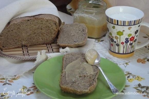 Готовый хлеб охладить на решетке, накрыв полотенцем. Хлеб хорош не только к супу, но и на завтрак: с медом, маслом и т. п., с чаем или молоком.