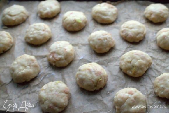 Скатать шарики размером с абрикос и разместить их на бумаге для выпечки.