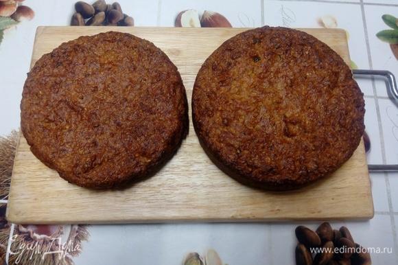 Рецепт рассчитан на форму диаметром 20 см. Можно выпекать коржи по-отдельности, или испечь один бисквит, а после остывания разрезать его на 3 коржа. Промазываем форму маслом, выливаем в нее тесто. Ставим в духовку на 45–60 минут, готовность проверяем палочкой. Готовый бисквит остужаем, только потом вынимаем из формы, заворачиваем в пищевую пленку и ставим в холодильник минимум на шесть часов (идеально — оставить на ночь). После этого разрезаем бисквит на три одинаковых коржа.