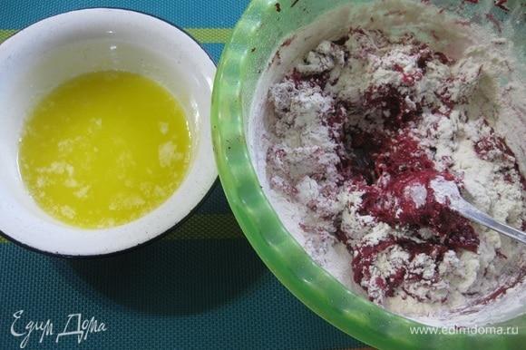 Сливочное масло растопить, остудить и влить в тесто.